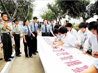 009年3月,河北省魏县检察院检察官到该县第四中学向同学们讲解法律图片